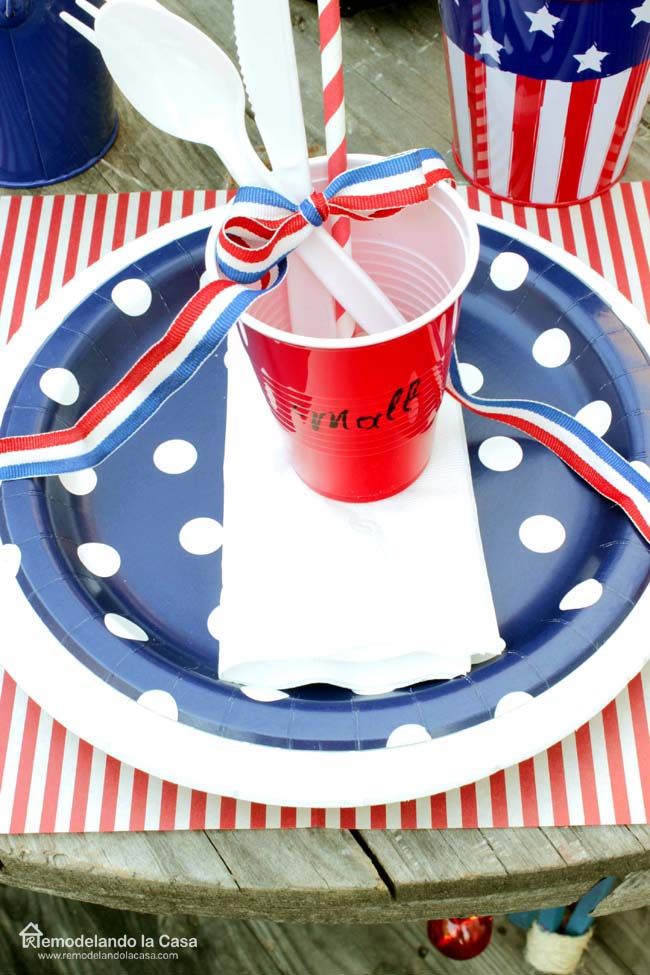 For placemats Iu0027m using pieces of red striped wax paper I found a long time ago at Walmart. The blue polka dot and red striped plates are from Target. & Rustic Fourth of July Tablescape - Remodelando la Casa