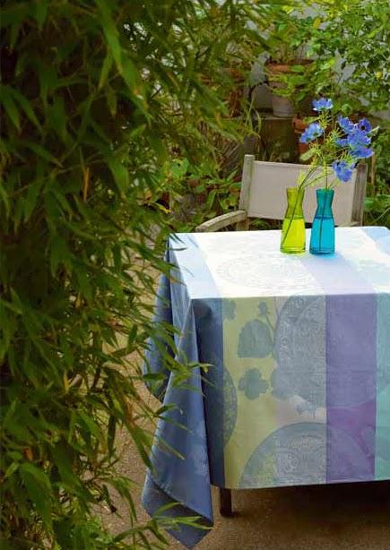 Fleurs Gourmandes Myosotis le Jacquard francais. Mantel y servilletas.