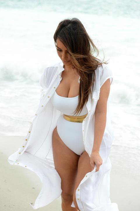Kim Kardashian -- Booty Cover-Up in Miami