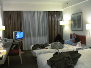 Kamar Hotel (Tetap Berantakan)