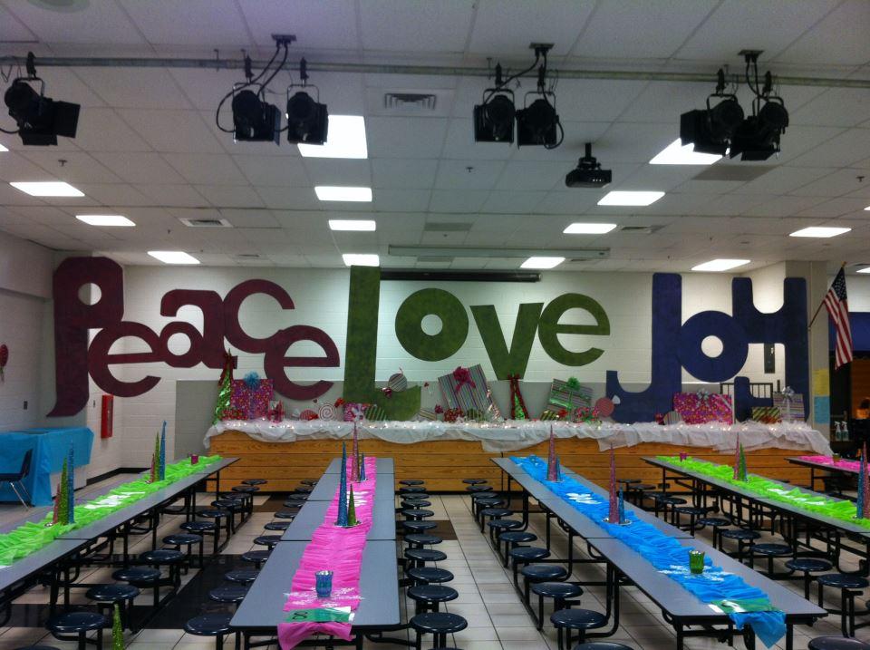 Room moms rock school cafeteria holiday decor for Room decor ideas for high school