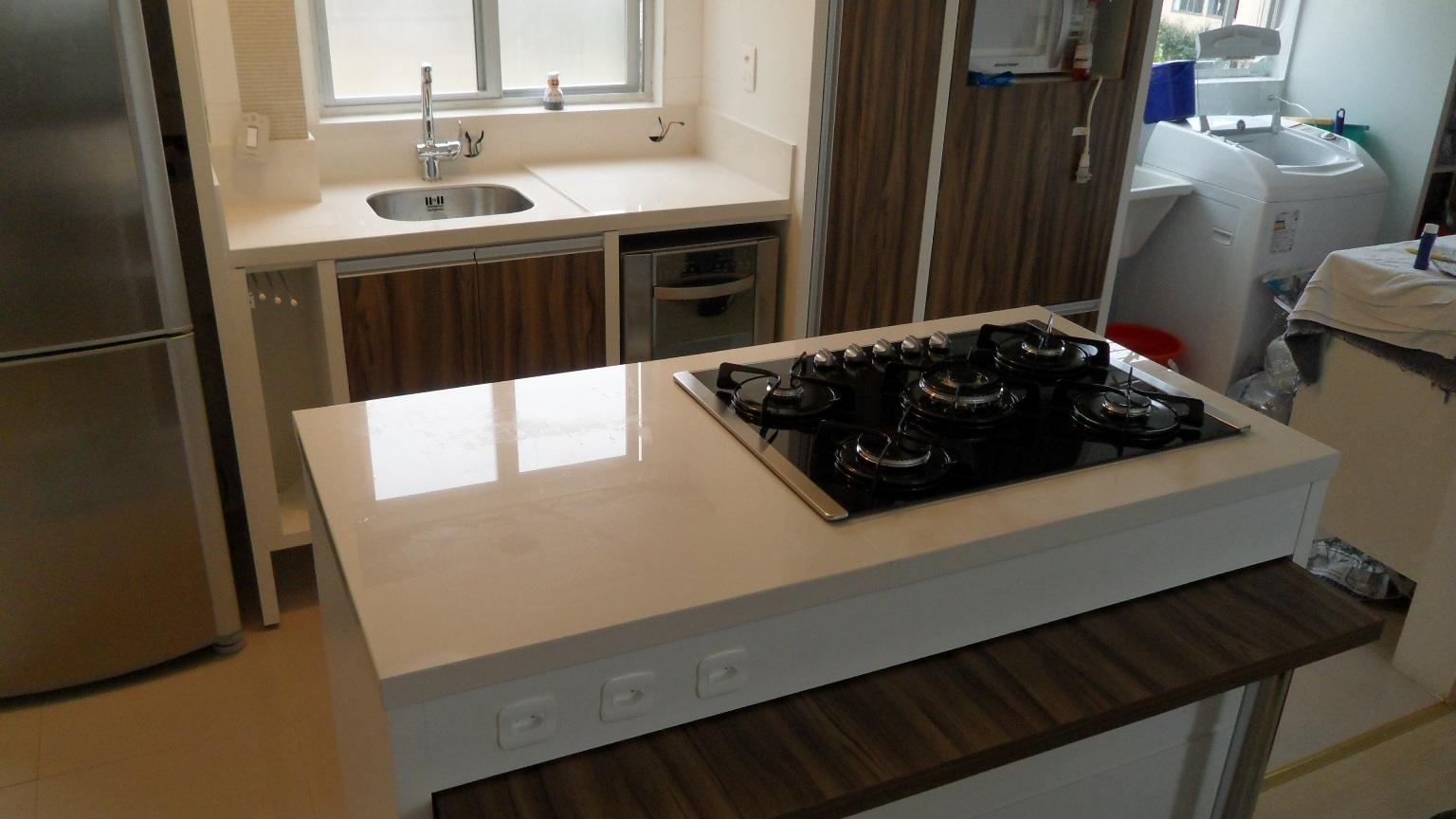 porcelanato.: Bancada cozinha com ilha e cooktop. Porcelanato #212F65 1536 864