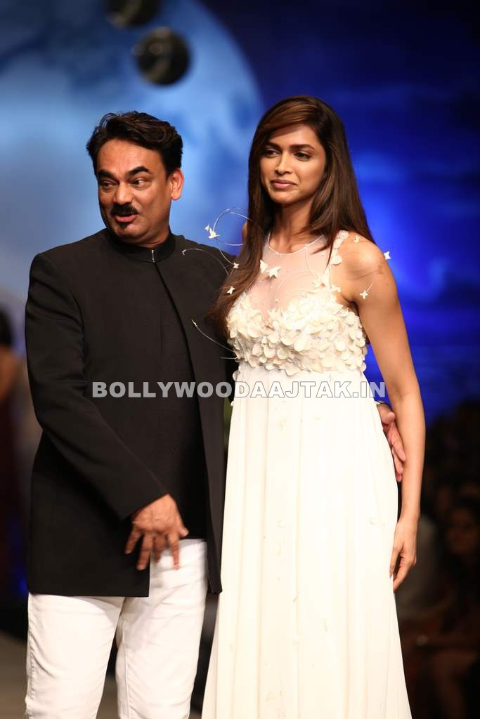 Deepika Padukone1 - Deepika Padukone Walks For Wendell Rodricks at Wills Fashion Week