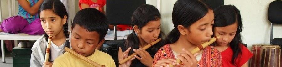 Crianças a tocar flauta