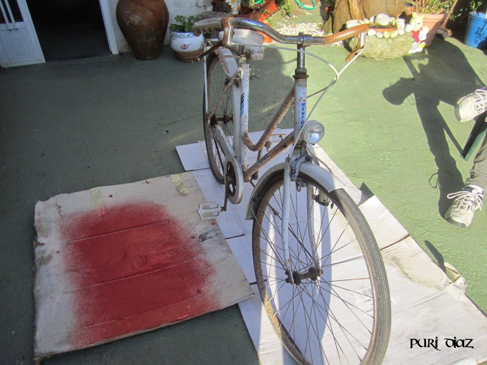 Manualidades puri diaz reciclar bicicleta vieja para el for Guardar bicicletas en el jardin