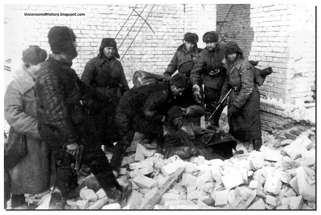 Soviet soldiers captured german sniper