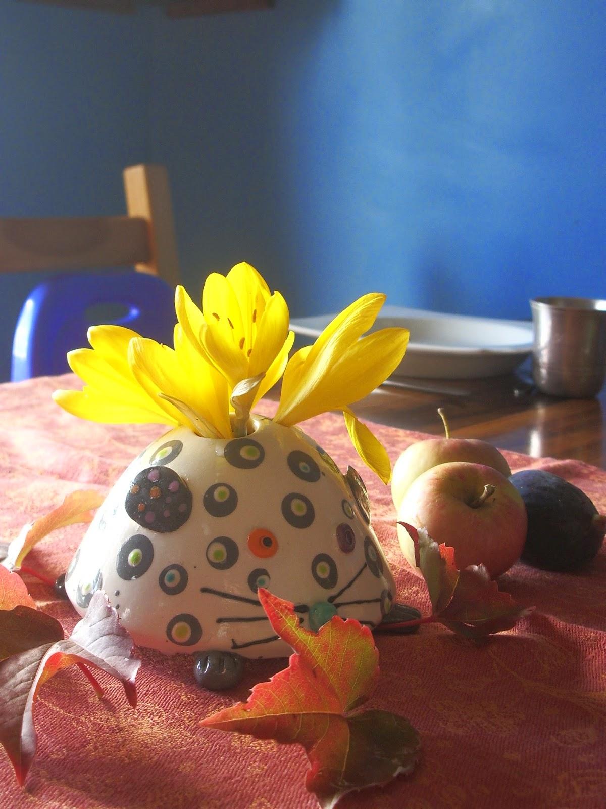 Mêlez fleurs et fruits de saison pour une déco de table sur le thème de l'automne