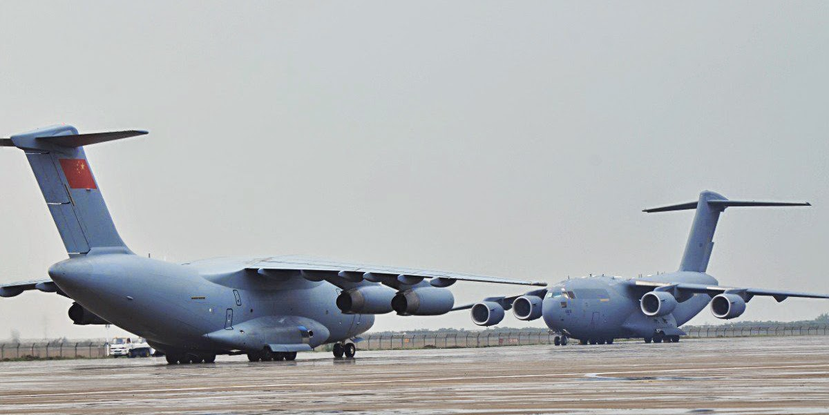 Encarada do chinês Y-20 e do estadunidense C-17 Globemaster III