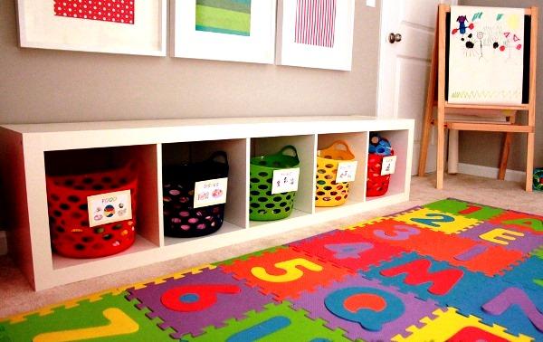 Decoração de quarto de meninos com cestos de plastico para organizar brinquedos.