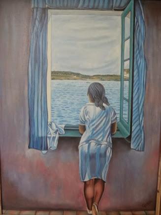 Chica asomada a la ventana