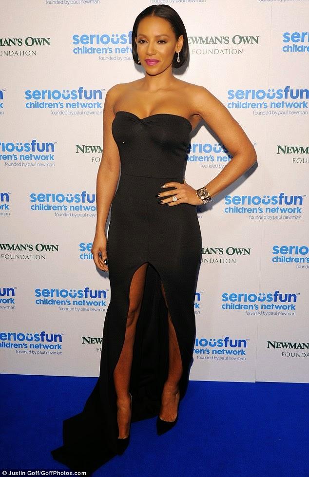 """المغنية الانكليزية """"ميل بي"""" في ثوب أسود مثير خلال وصولها الى SeriousFun gala"""