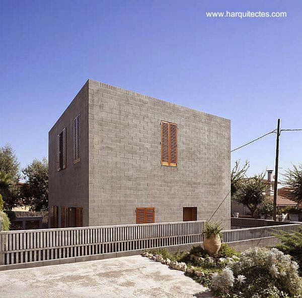 Casa cúbica de bloques de concreto minimalista en Barcelona