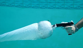 Su Altında Silahla Birisine Ateş Etmek