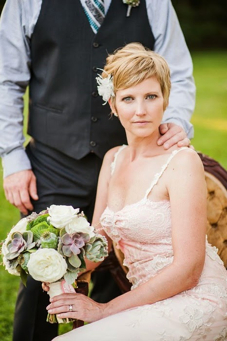 siempre he pensado que una novia no tiene que verse ni rara ni disfrazada en da de su boda y que cuando se mire en el espejo o vea las fotos