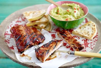 carne alla griglia: barbecue ribs  con guacamole e formaggio quesadilla