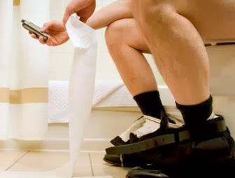 El 80% de los españoles hace uso del teléfono móvil en el cuarto de baño