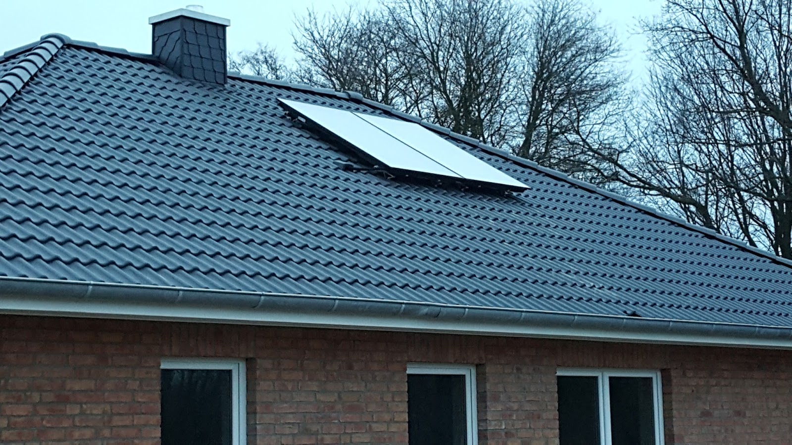 simone frank bauen ein haus jetzt haben wir unsere solarpanels auf dem dach. Black Bedroom Furniture Sets. Home Design Ideas