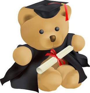 Oso con birrete y diploma de graduación