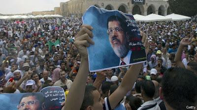 Aksi pendukung Morsi mendesak Morsi