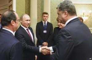 Presiden Ukraina Petro Poroshenko yang tampak muram sedang berjabat tangan dengan pemimpin Rusia Vladimir Putin (Foto: AP)