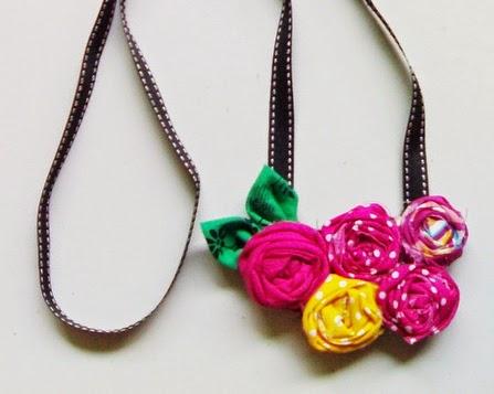 http://hayanohandmade.blogspot.com/2010/12/diy-flowery-necklace.html