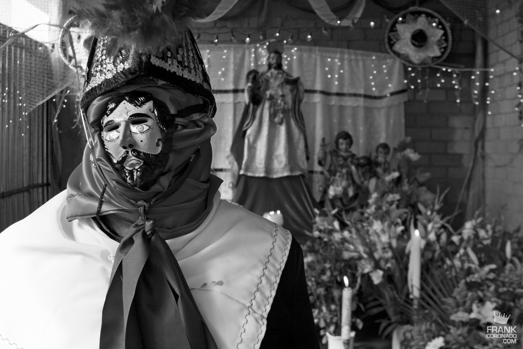 Caporal en altar en San Pedro Ixtlahuaca Oaxaca
