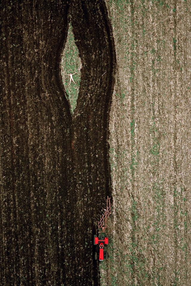 vista aerea de mujer desnuda en el campo