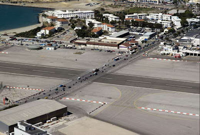 http://asalasah.blogspot.com/2013/01/bandara-ekstrim-yang-berada-ditengah.html