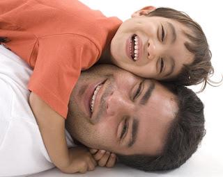 papa e hijo felices