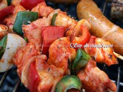 Espetinho de frango, bacon e pimentão