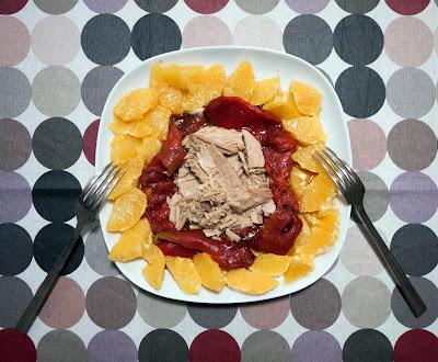 Ensalada agridulce de pimientos asados, atún y naranja