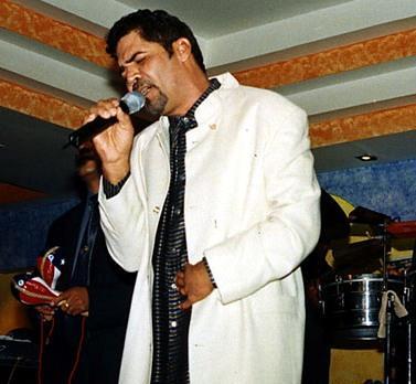 Willie González cantando