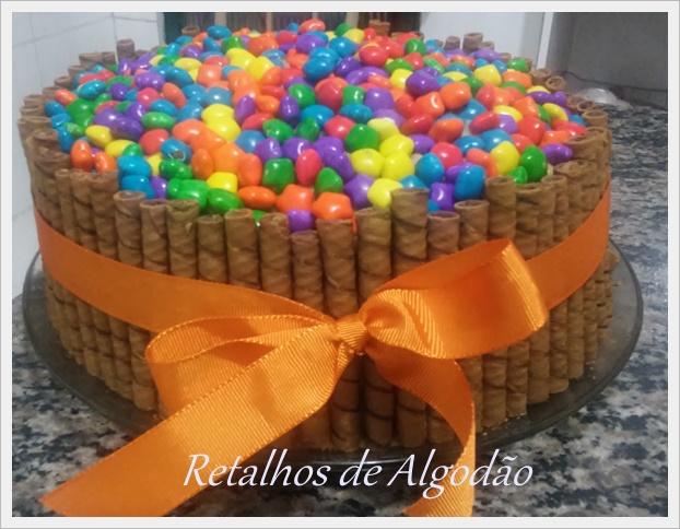 Torta de chocolate com recheio de leite condensado e ameixa decorada com confeitos