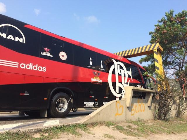 """Eu si mi advirto-mi-me com a """"NaSSão"""": ônibus do Invencível Mengão fica entalado no Rio"""