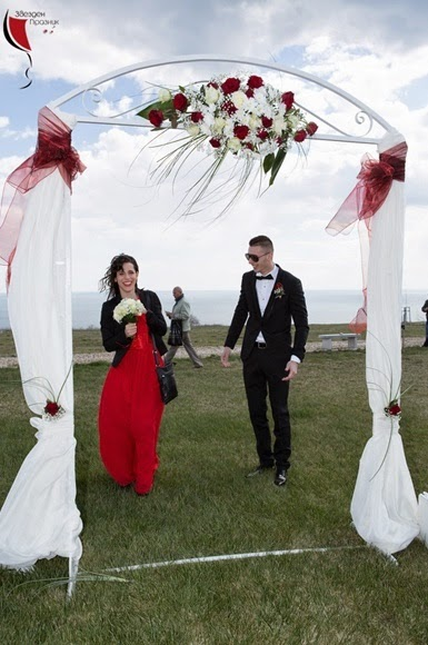 свидетелите на сватбата пред сватбената арка