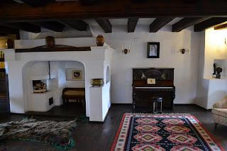 Poze din interiorul Castelul Bran (Brasov, Transilvania), fotografii din   Salonul de muzica si biblioteca