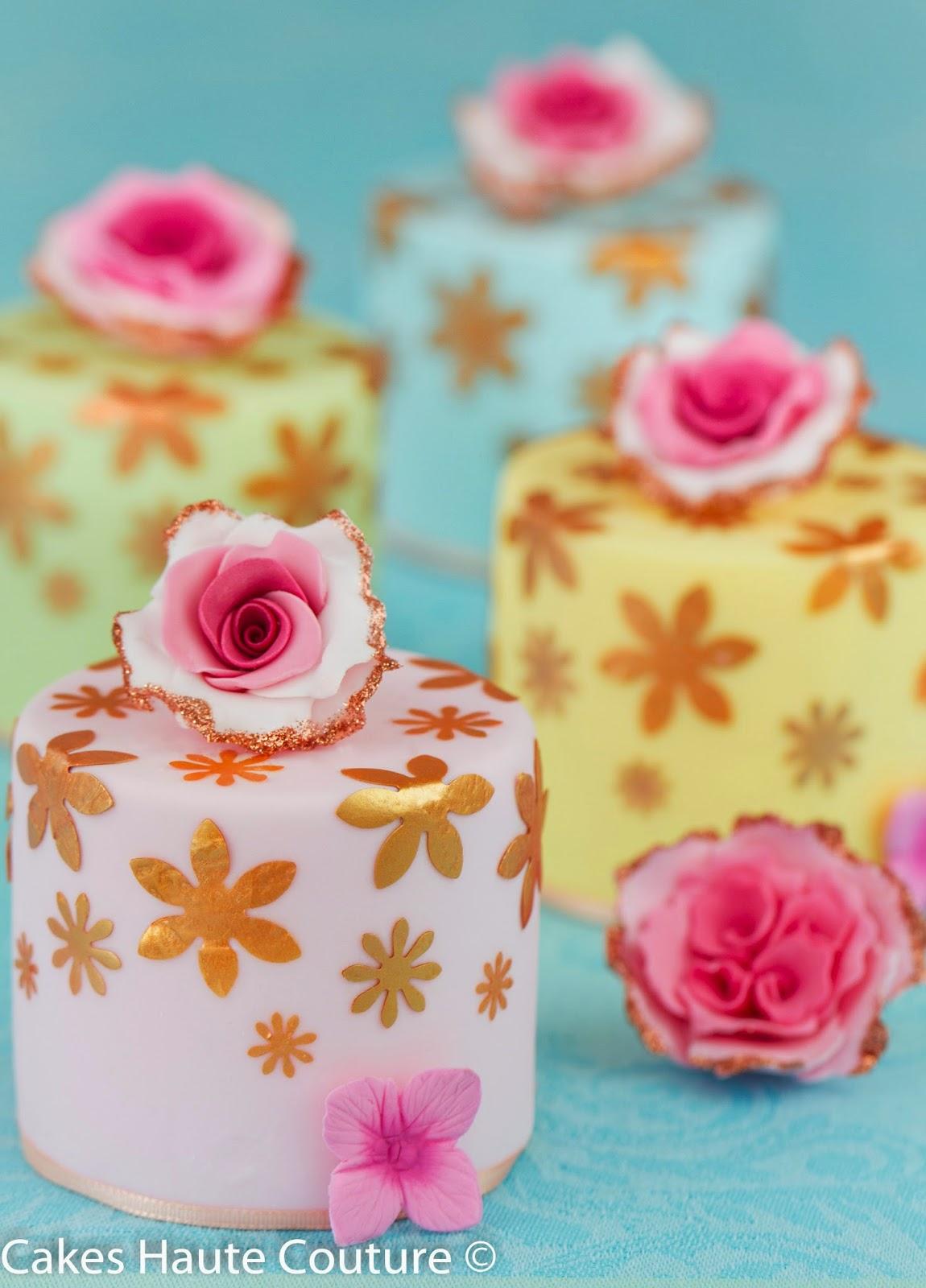 Minitartas con flores de papel de gelatina metalizado comestible