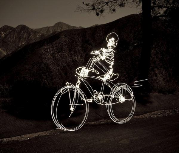 Graffiti de Luz (light graffiti) Desenhos com rastros de luz - bicicleta