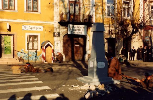 """Końskie, listopad 2008 r. - rekonstrukcja historyczna. """"Strzelanina"""" tuż obok zrzuconego i rozbitego popiersia cara. Foto. KW."""
