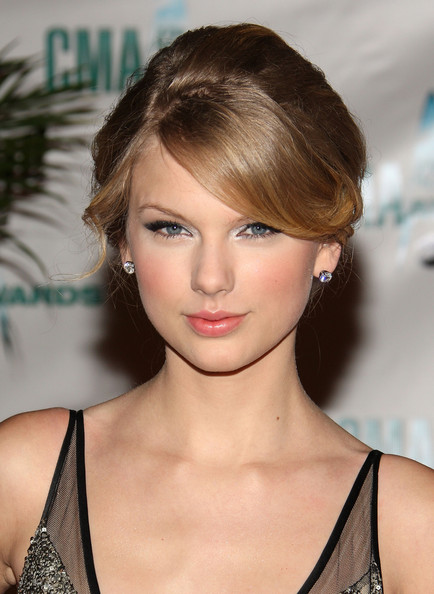Check Out All Hottest Celebrity Prom Hairstyles Of Taylor Swift Here