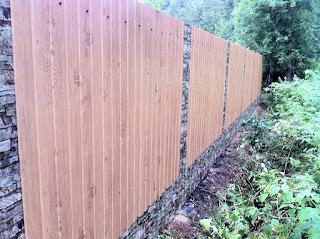 Забор из профлиста под дерево, камень. Фото 3