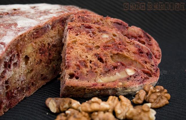 Chleb na zakwasie z burakami i orzechami