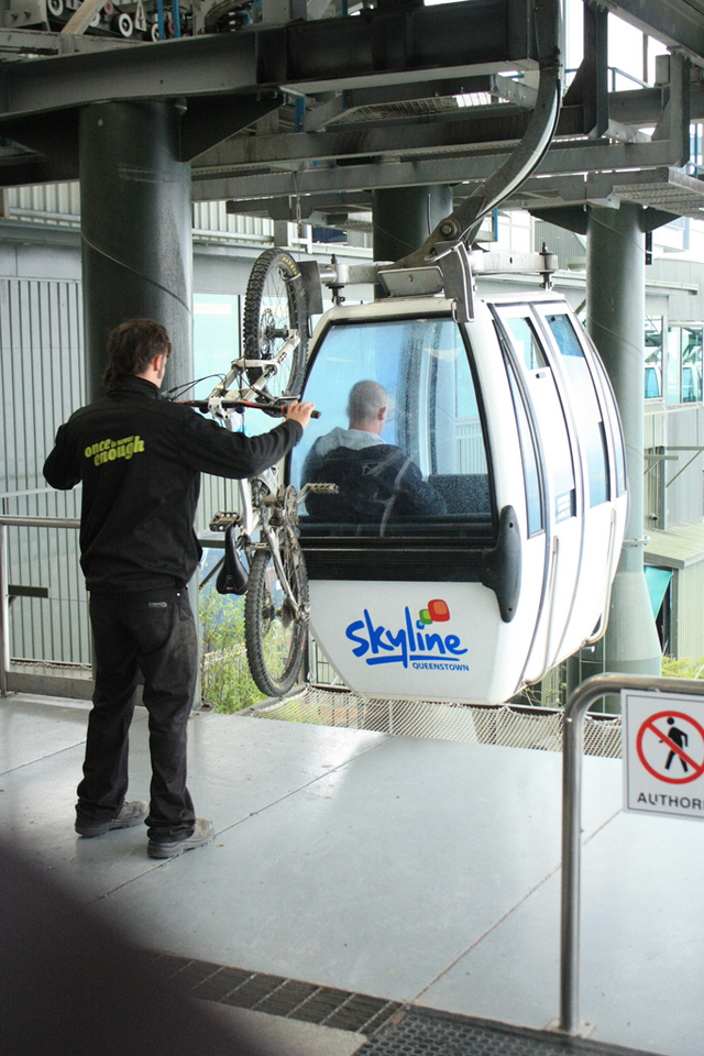 Teleférico da Nova Zelândia transporta bicicleta na gôndola