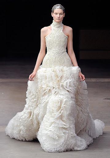екстравагантна булчинска рокля от дантела и пера