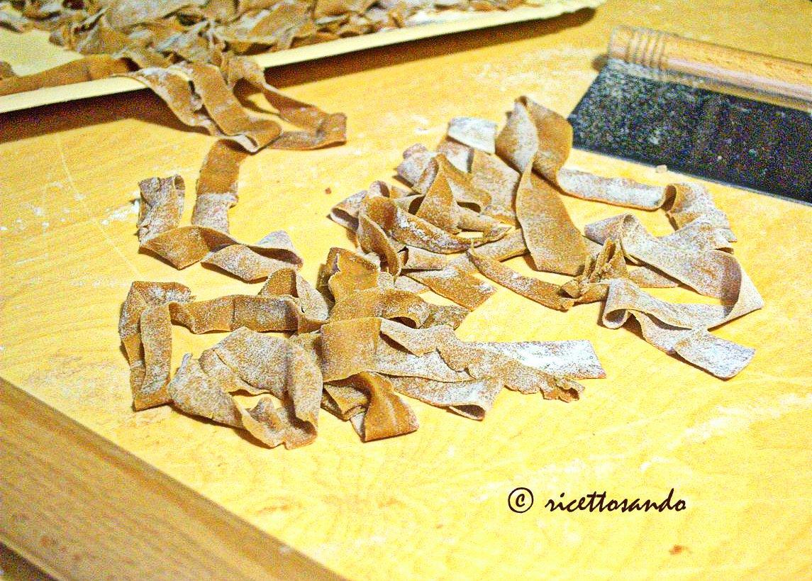 Tagliatelle di castagna ai 4 formaggi ricetta di pasta fresca con farina di castagne
