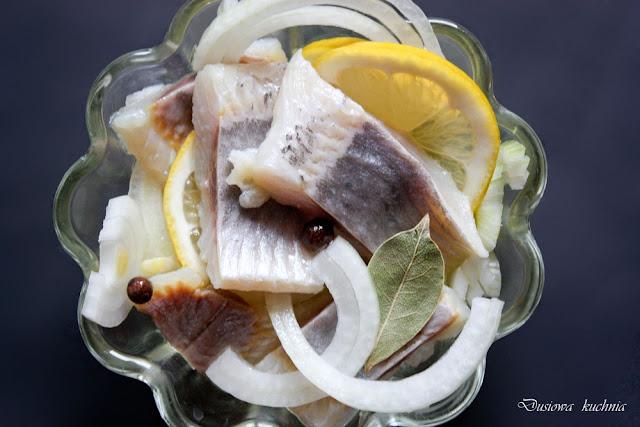 śledzie, przepis na śledzie, śledzie z cytryną i cebulą