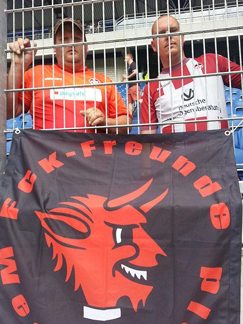 Michael und Holger hinter Gittern mit einer Fahne
