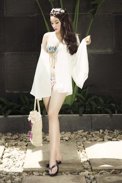Người đẹp khoác thêm áo choàng khi diện bộ áo tắm hai mảnh.