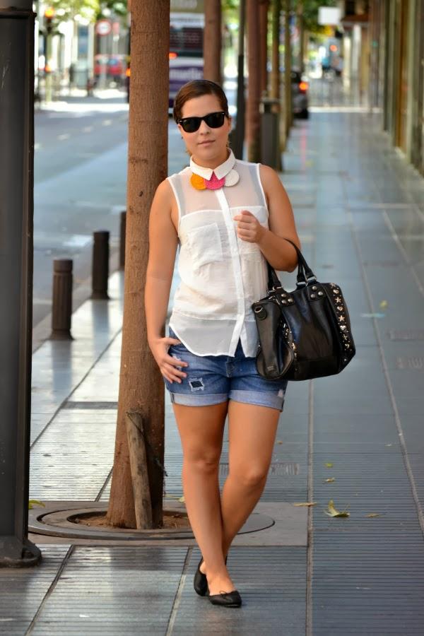 look_outfit_camisa_blanca_collar_tricolor_Chulinadas_ruedas_Bershka_bailarinas_piel_Zara_nudelolablog_05