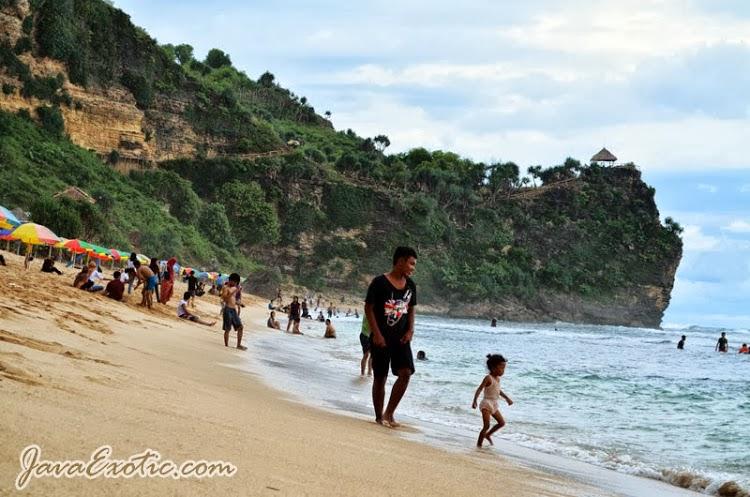 Pantai Pok Tunggal saat mulai rame